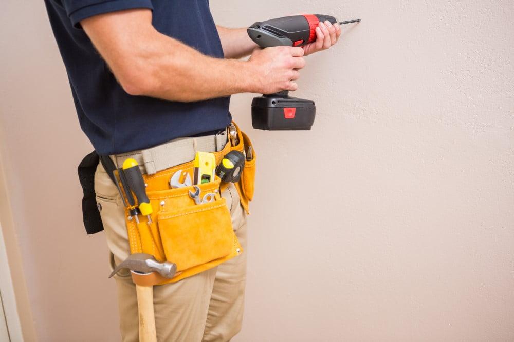Hvornår skal jeg vælge en handyman over en autoriseret håndværker?
